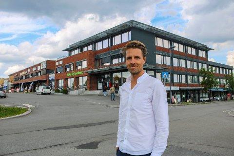 STOPPET: Arkitekt Thomas Thorsnes foran Sentrumsgården (nærmest) og Bankgården på Sørumsand. Uenighet med kommunen om parkeringsplasser har nå stanset utbyggingsplanene.
