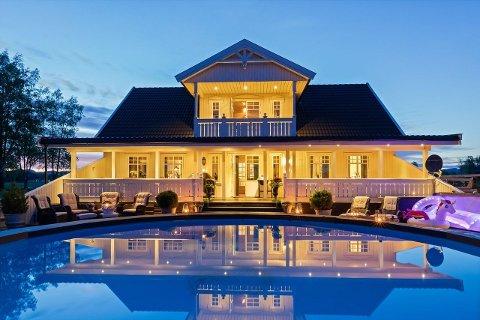 I Dokken, om lag ti minutter unna Eidsvoll sentrum, ligger eiendommen til 10,2 millioner kroner.