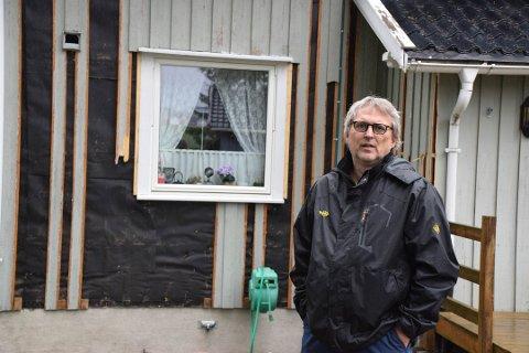 FØLER SEG LURT: Øistein Jansen inngikk en avtale med et firma om å vaske og male huset. Nå har han politianmeldt håndverkerne for bredrageri.