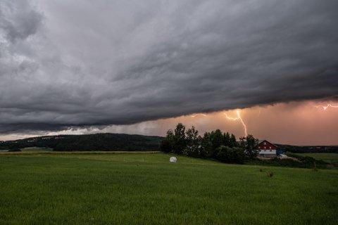 LYNNEDSLAG: Sent torsdag kveld tok RB-fotograf Vidar Sandnes dette bildet. Torsdag ettermiddag og kveld kan det smelle igjen.