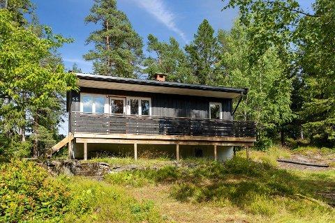 Hytta ligger i et skogsområde i Dalsroa i Søndre Høland. Foto: DNB Eiendom