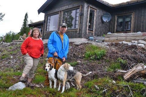 VÅRT NYE PARADIS: - Her i Harratråkket i Engerdal Østfjell skal vi nye framtida, sier Ingunn Solli og Bent Vidar Larsen. Her sammen med hundene Donna og Frøya.