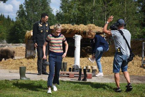EKSPONERING: NRKs Sommerbilen stoppet på Østre Pavestad Gård på Skulerud hos Petter Simonsen i juli. Onsdag førstkommende kommer TV2s God Morgen Norge til gården.