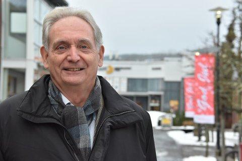 FORSTÅR FRUSTRASJONEN: Ordfører Gudbrand Kvaal i Aurskog-Høland forstår frustrasjonen blant butikkdriverne i kommunens kjøpesentre som må stenge dørene, når nabovirksomheten i mange tilfeller får lov til å holde åpent.