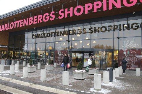 Charlottenbergs shoppingcenter ligger like ved grensen til Norge, og er i likhet med Nordby Shoppingcenter i Strömstad et populært reisemål for nordmenn. Nå er det ikke mange kunder her. Begge sentrene eies av Thon-gruppen.