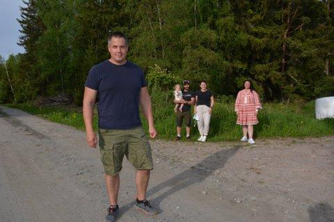 Anders Ringstad er grunneier, men får ikke selge tomt til samboerparet Siri Mortensen og Marius Eliassen (bak). De ønsker å etablere seg i grenda der han selv bor. Lokalpolitiker Eline Hestsveen har engasjert seg i saken.