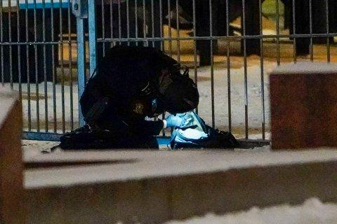 Politiets bombegruppe undersøker en mistenkelig gjenstand utenfor Oslo S. Gjenstanden viser seg å være en ryggsekk med ufarlig innhold. Foto: Lise Åserud / NTB
