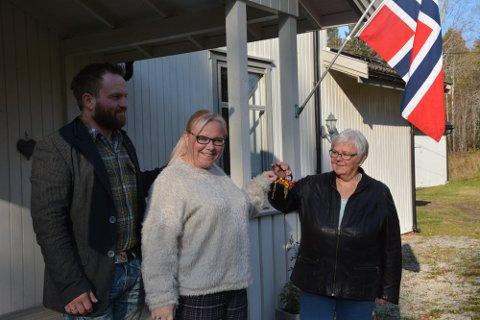 Reidun Ullevold (t.h.) overrekker nøklene til de nye eierne Tone Merethe og Runar Thorsteinsson i oktober i fjor.
