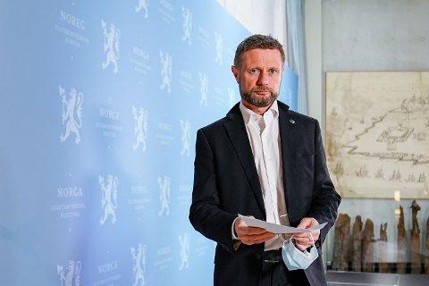 STRENGERE TILTAK: Helse- og omsorgsminister Bent Høie møtte pressen mandag kveld i forbindelse med smittesituasjonen i Oslo og Viken.