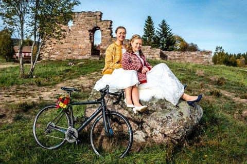Caroline og Therese gifta seg for to år siden, med lusekofter over brudekjolene. - Det var i oktober. Vi trengte noe varmt å ha på, og pelskåpe var ikke akkurat oss. En kollega av Therese strikket jakkene, og vi har fortsatt å bruke dem i hverdagen. De er våre evighetsplagg.