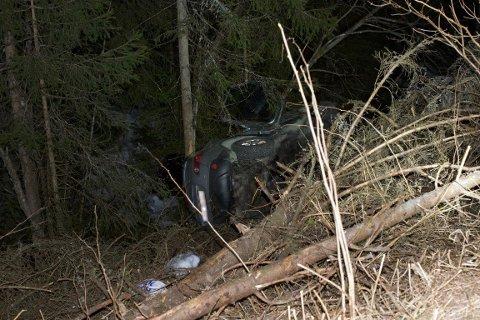 UTFORKJØRING: Bilen havnet på siden flere meter ned en skråning langs Kompveien.