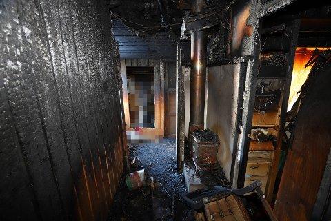 ELDRESTÅLPIPE:Fra fyringsstedet der brannteknikerne har konkludert med at brannen skyldtes svikt i isolasjonen rundt stålpipa akkurat i etasjeskillet.