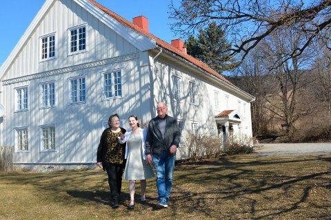 Klare for å selge: Hanne Fjelstad, Alicia Fjelstad og   og Jens Petter Grenersen foran hovedhuset på garden.