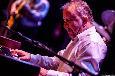 MED PÅ NOTENE: Paul Wagnberg er et kjent musikerfjes i vårt distrikt. Det siste året har han hatt lite å gjøre. Nå håper svensken på lysere tider. Søndag fyller han 60 år.