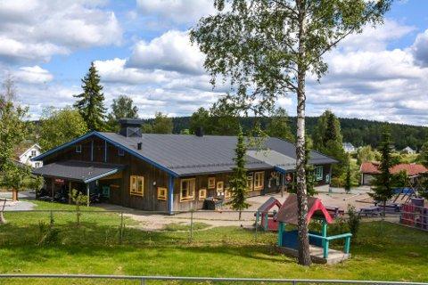 Fra barnehagemeldinga går det fram at alle kommunale barnehager og en fylkeskommunal barnehage i Aurskog-Høland hadde lærlinger i barne- og ungdomsarbeiderfaget i 2020.Her Bråtebakken barnehage på Hemnes.