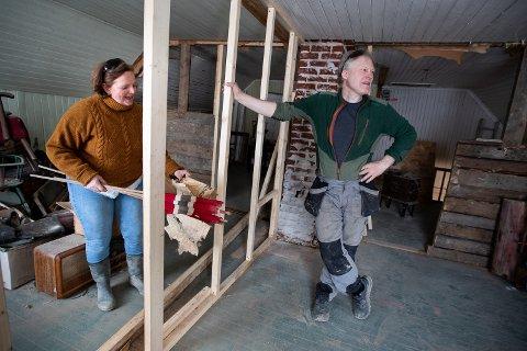 Karin Axelsen og Christoffer Hønsen merker de høye byggevareprisene når de skal kjøpe inn materialer for å fullføre byggeprosjektet i Nes kommune.
