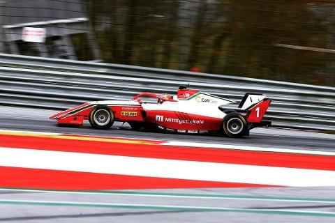 NY PALLPLASS: Dennis Hauger fortsetter å imponere i årets Formel 3-serie. I Barcelona ble det lørdag en niende- og en andreplass, og dermed stadig tetplass i peongsammendraget. Søndag køjres siste løp i denne andre runden. Da med Dennis i startspor to fra start.
