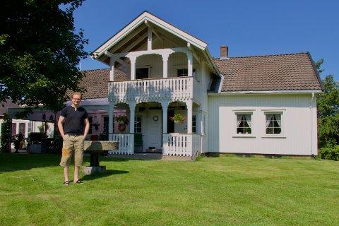 DÅRLIG DEKNING: Anders Aanerud forteller at det lenge har vært dårlig dekning på Huseby gård i Blaker.