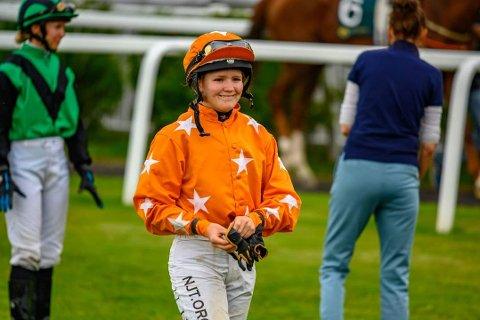 REALISERER DRØMMEN: Nora Hagelund Holm fra Blaker er uhyre nære å realisere målet hun har hatt i flere år: Å bli proff jockey.