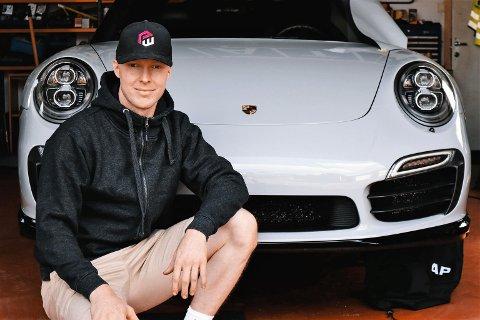 NOK Å GJØRE: Aurskogingen Christian Illidi i PowerWrap opplever en enorm pågang om dagen. Nå vil han ansette flere. Her er han avbildet foran  en Porsche 911 Turbo S som blir foliert i en spesialfolie.