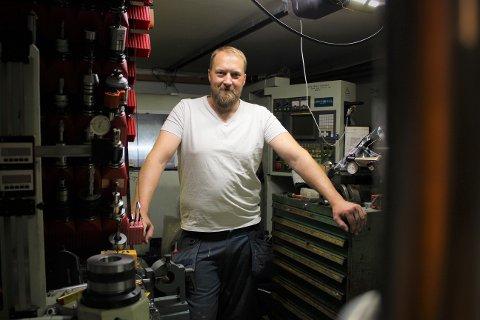Det er inne i garasjen hjemme i Fetsund at Ola Severin Skytteren lar kreativiteten utfolde seg. Her produserer han lamper han selv har designet.