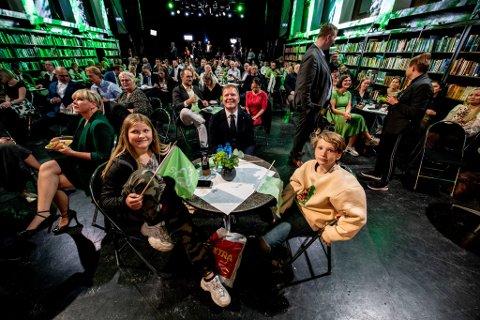 DE YNGSTE PÅ VALGVAKA: Sigbjørn Gjelsviks barn, Victoria og Thomas, fulgte ivrig med på valgresultatet og ble vitner til at Senterpartiet og pappa gjorde det beste valget på 28 år.