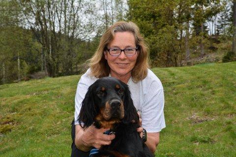 Gordon setteren Valerius er trygt hjemme hos matmor Kari Mikkelrud igjen. Hun eier to hannhunder og to tisper, og beskriver hundene som familiemedlemmer.