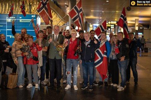Verdensmester Dennis Hauger (i midten) ble tatt i mot av familie, venner, supportere og ordfører Gulbrand Kvaal og generalsekretær i Norges Bilsportforbund, Halgeir Raknerud, da han landet på Gardermoen like før midnatt.