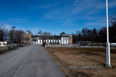 GULT NIVÅ: Ungdomsskolene i Lillestrøm kommune skal settes på gult nivå, på grunn av høyt smittetrykk blant barn og unge. Avbildet er Kjellervolla skole i Lillestrøm by.