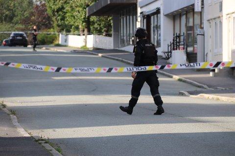 AVSPERRET: Politiet sperret av området utenfor Alstahaug tingrett mens situasjonen ennå var uavklart.