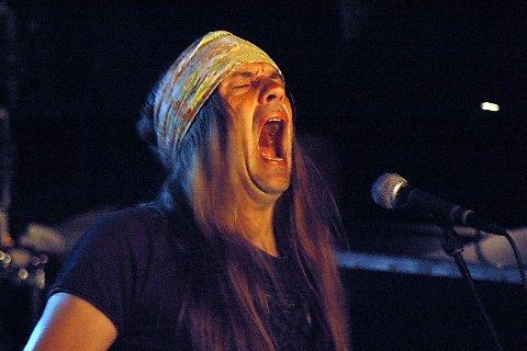ROOTS: I 2007 spilte TNT på Rootsfestivalen i Brønnøysund. Her brøler gitarist Ronni Le Tekrø noen kruttsterke linjer under konserten.