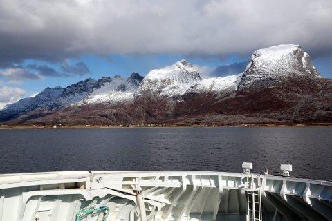 Bildet viser ferja på vei inn mot Søvik i Alstahaug.