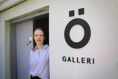 Elisabeth Petch har langt fartstid innen kunstbransjen og driver nå GALLERI Ö på Tjøtta.