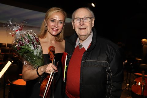 den gamle lederen av Alstahaug skolemusikk, Asle Brovoll, ble rørt til tårer av konserten. Her sammen med Eva Brandth.