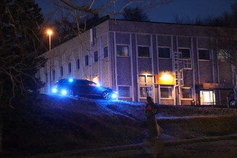 Politi og ambulanse var raskt på stedet da en fotgjenger ble påkjørt like ved Synsam og Velværehuset. Politiet var fortsatt på stedet da iSandnessjøen forlot området.