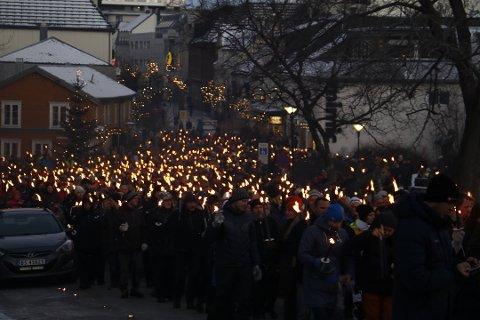 ENORMT OPPMØTE: Under fakkeltoget for sykehuset i Sandnessjøen i desember i fjor deltok over 4000 mennesker. Her et bilde fra sentrum i Sandnessjøen.