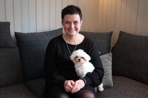 Merete Einmo fra Leirfjord har tattopp kampen for at migrenemedisinen aimovig som koster 100.000 kroner i året, skal komme på blå resept.