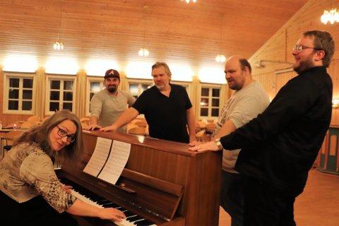 Guro Bræck spiller piano, og storkoser seg.
