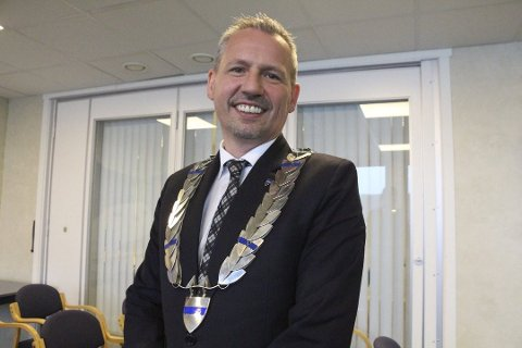 BORTE: Ordfører Bård Anders Langø bekrefter onsdag at ordførerkjedet har vært sporløst forsvunnet i over to uker. Her smiler han under et kommunestyremøte i 2015.