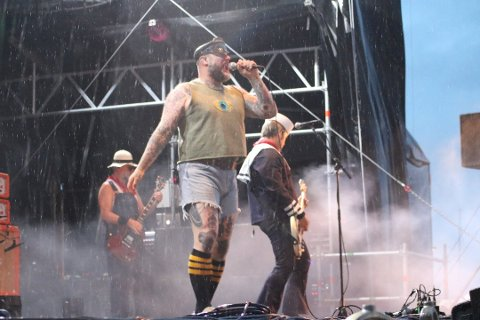 Det var krevende værforhold under fjorårets Havnafestival. Men det la ingen demper på stemningen. Her er det Turbonegro som står på scenen.