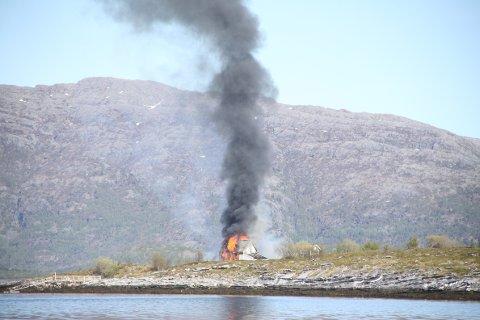 BRANT NED: Dette hvite fritidshuset på Bonholmen på Tjøtta tok lørdag fyr og brant til grunnen.