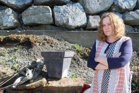 Marit Husmo fortviler etter at hagen hun har brukt seks år på å utvikle, ble rasert etter en dag.  Få blomster har overlevd gravingen til Signal bredbånd. Også alt av blomster på murkanten i bakgrunner er borte. Det er også klatreplantene. Men nå skal Signal Bredbånd rydde opp.