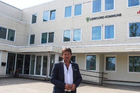 "Foran: Ivan Haugland foran det han vil kalle ""Det hvite hus"", men som har tapt seg allerede."