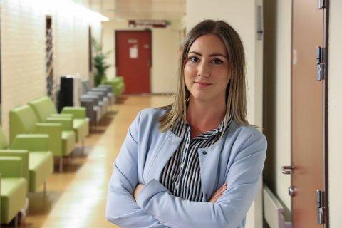 UT PÅ JOGGETUR, ALDRI SUR: Therese Johansen Grolid ønsker at flest mulig blir med på stuntet med å løpe Alstahaug maraton i bunaden for å vise støtte til fødetilbudet på Helgeland. Her er hun inne på sykehuset der hun jobber som sykepleier.