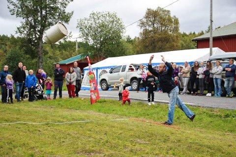 Lørdag arrangeres Utflytterstevne på Tverlandet på Kviting. Da blir det VM i melkespannkasting. Her er det Øystein Holmen som viser rå kraft under fjorårets VM.