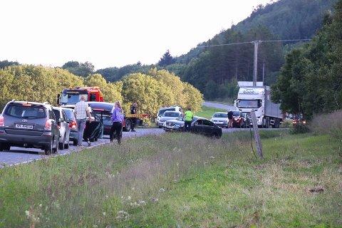 Ulykken skjedde 500 meter bortenfor veien inn til Kleivskaret. Bergingsbil er på plass.