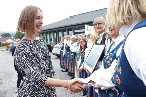Utdanningsminister Iselin Nybø ble møtt av Bunadsgerijaen da hun ankom rådhuset i Sandnessjøen fredag morgen.