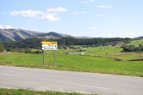 Bygda Bardal i Leirfjord kommune var fredag flere timer uten vann. Det var vedlikehold som var noe av årsaken til vannavstengingen, men innbyggerne fikk ikke beskjed. Det reagerer de på.