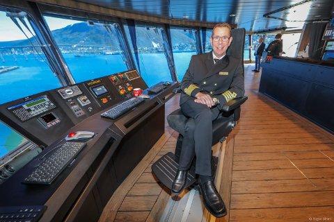 TIL KAI: Kaptein på MS Roald Amundsen, Kai Albrigtsen, har mange duppeditter i navigasjonssystemet som han ønsker å vise frem.