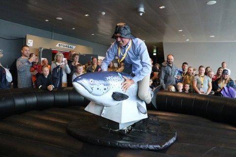 Ordfører Bård Anders Langø prøver seg på rodeo-laksen under MiniHavna 2018.
